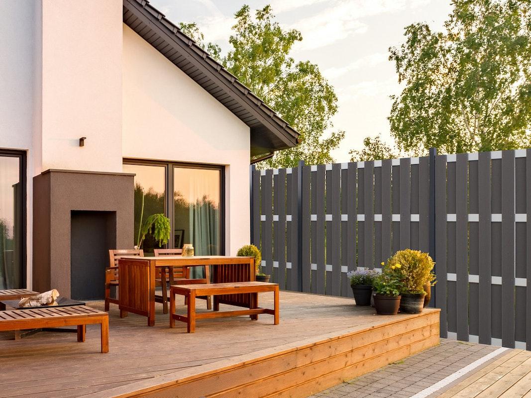Der GroJa  Fertigzaun Hochkant lässt sich wunderschön in jeden Garten oder auf jeder Terrasse integrieren.