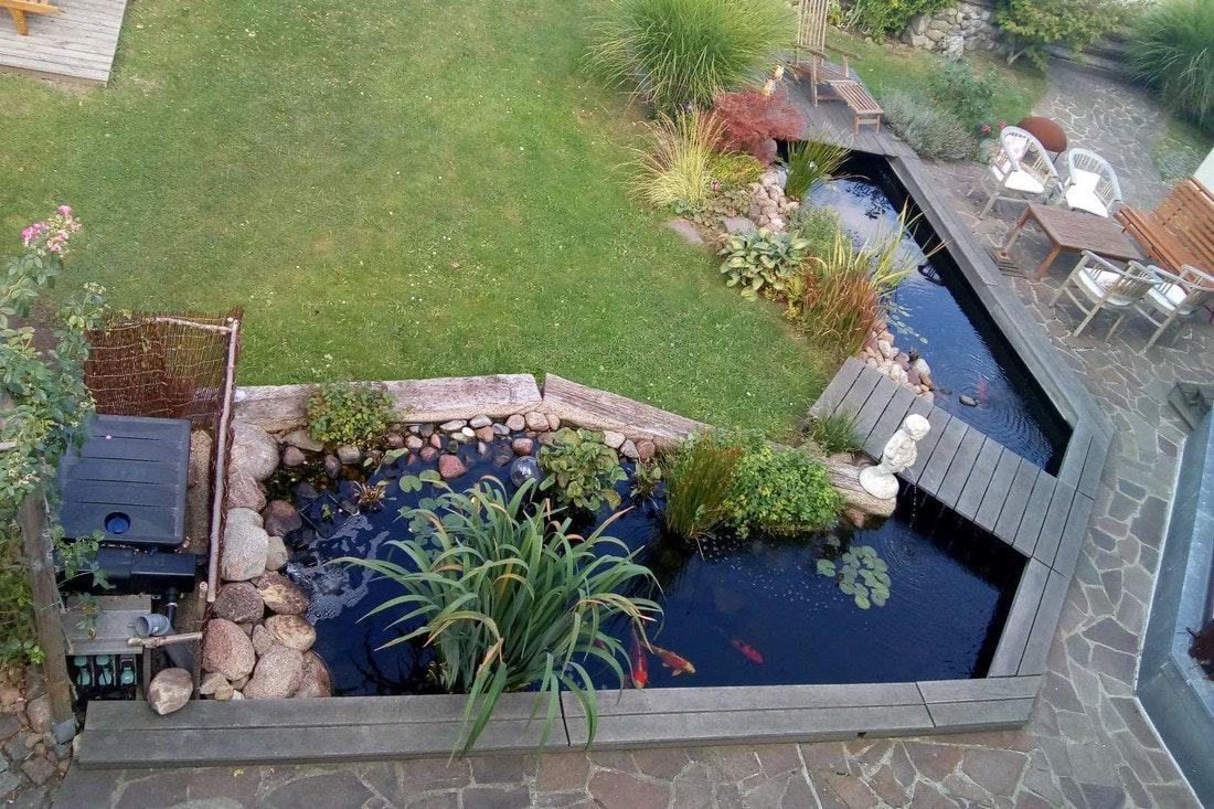 Teich mit großer Holzterrasse und schönen Kois!