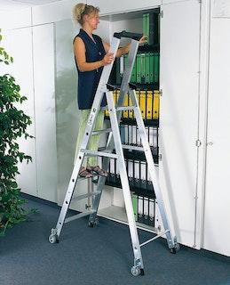 Günzburger Aluminium-Stehleiter einseitig begehbar mit Rollen