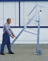 Günzburger Aluminium-Stehleiter einseitig begehbar mit Rollen und Griff