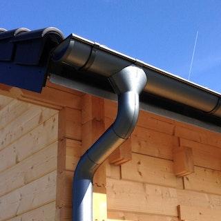 Metall Dachrinnenset für Skan Holz Blockbohlenhaus Bern 1 mit Kunststofffallrohr(en)