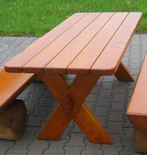 Robuster Gartentisch in Massivholz