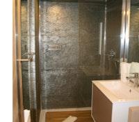 Schrankwand-klein-duschkabine